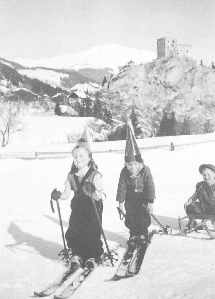Kinder beim Fasnachts-Skirennen in Ladis um 1952/53